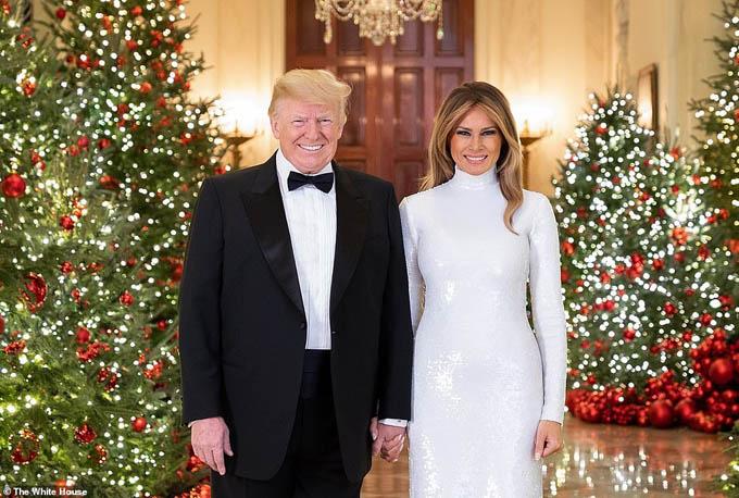 Cặp vợ chồng quyền lực nắm chặt tay nhau và cười tươi ở Cross Hall. Ảnh: White House.