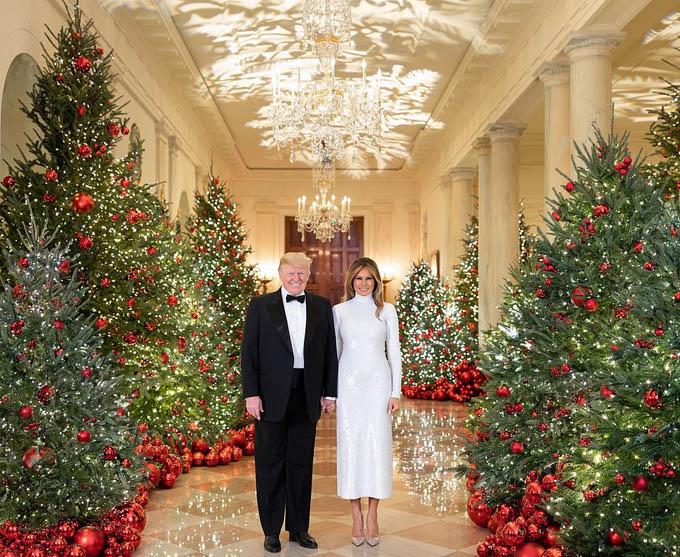 Vợ chồng ông Trump đứng giữa khung cảnh trang hoàng rực rỡ ở Nhà Trắng. Ảnh: White House.