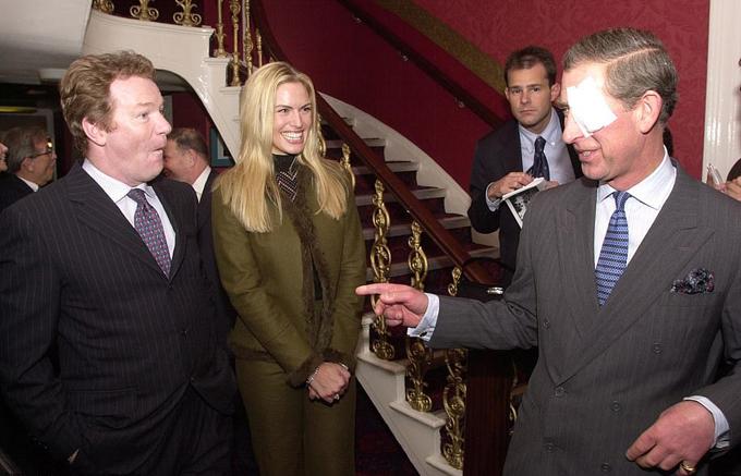 Trước Meghan, mẹ của Nữ hoàng Elizabeth cũng đã tới đây năm 1990 và Thái tử Charles tới năm 2002. Trong ảnh, Thái tử Charles trò chuyện với Jim Davidson và Lea Kristenson tại Brinsworth House.