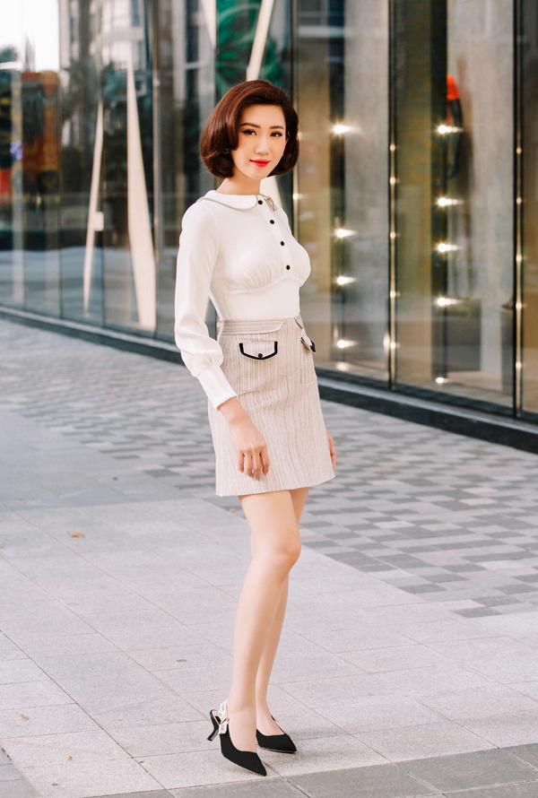 Vóc dáng lý tưởng của một người mẫu giúp Thuý Ngân dễ dàng tôn vẻ đẹp cho từng bộ trang phục với nhiều phong cách khác nhau.