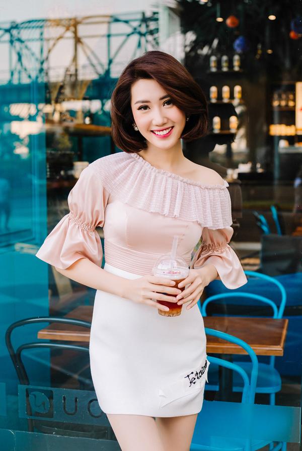 Ngoài các mẫu váy tôn nét sexy, bộ sưu tập còn mang tới nhiều mẫu áo dây rút, chân váy ngắn, blazer dress để giúp người mặc xây dựng vẻ đẹp thanh lịch.