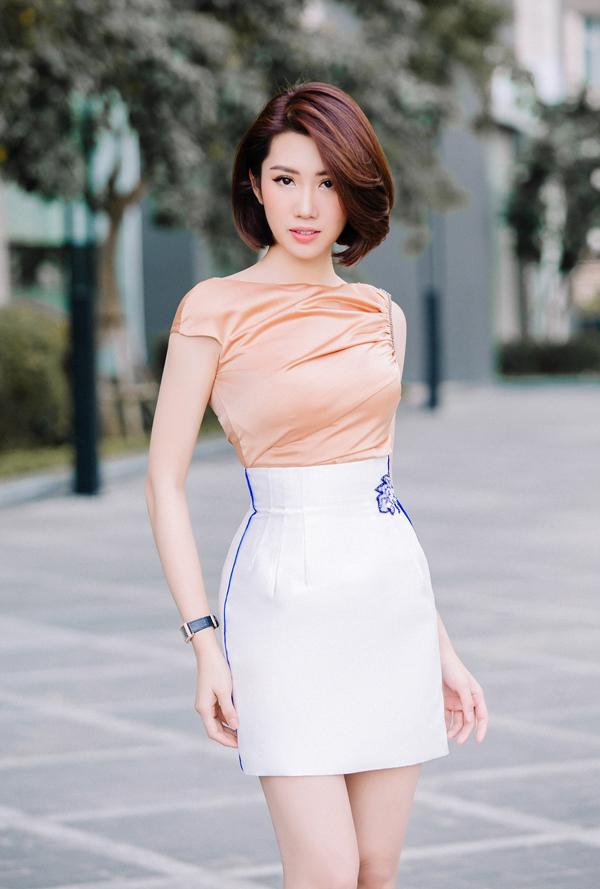 Những chiếc đầm bó sát, váy chữ A dáng ngắn sẽ góp phần tôn đường cong của người mặc.