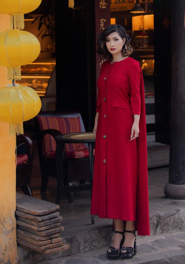 Mẫu đầm đỏ suông với tà áo phía sau tôn được vẻ quý phái cho Nguyễn Hồng Nhung.