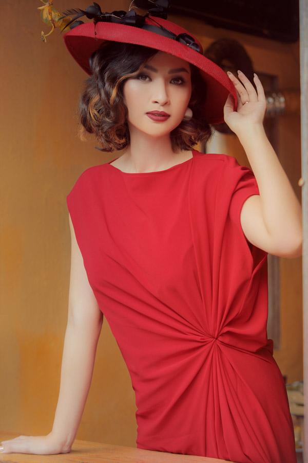 Bộ ảnh được thực hiện với sự hỗ trợ của make-up Trâm Anh, hair: Vũ Quản.