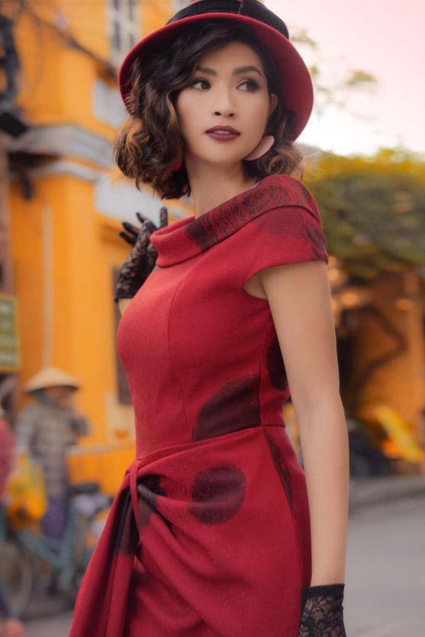 Khác với hình tượng sexy trên sân khấu ca nhạc, thời gian nàyNguyễn Hồng Nhung hướng đến gout ăn mặc kín đáo, thanh lịch.