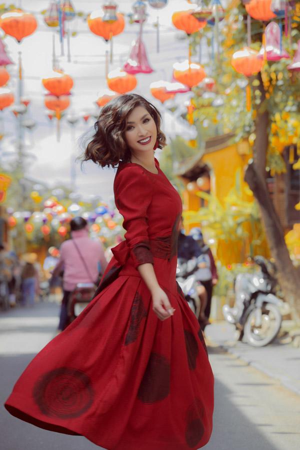 Loạt trang phục nằm trong bộ sưu tập thu đông Domino 68 của hai nhà thiết kế Vũ Ngọc & Sơn, lấy cảm hứng sáng tạo từ ca khúc Domino của Phápvới những họa tiết in ấn độc đáo.