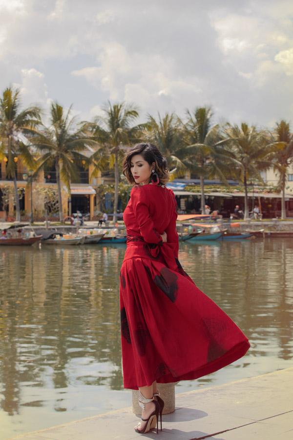 Trong dịp về nước vào tháng 11, Nguyễn Hồng Nhung có dịp đến Hội An để thực hiện bộ ảnh thời trang. Giữa không gian yên bình của phố cổ, nữ ca sĩ chọn những mẫu váy đỏ có phom dáng cổ điển.