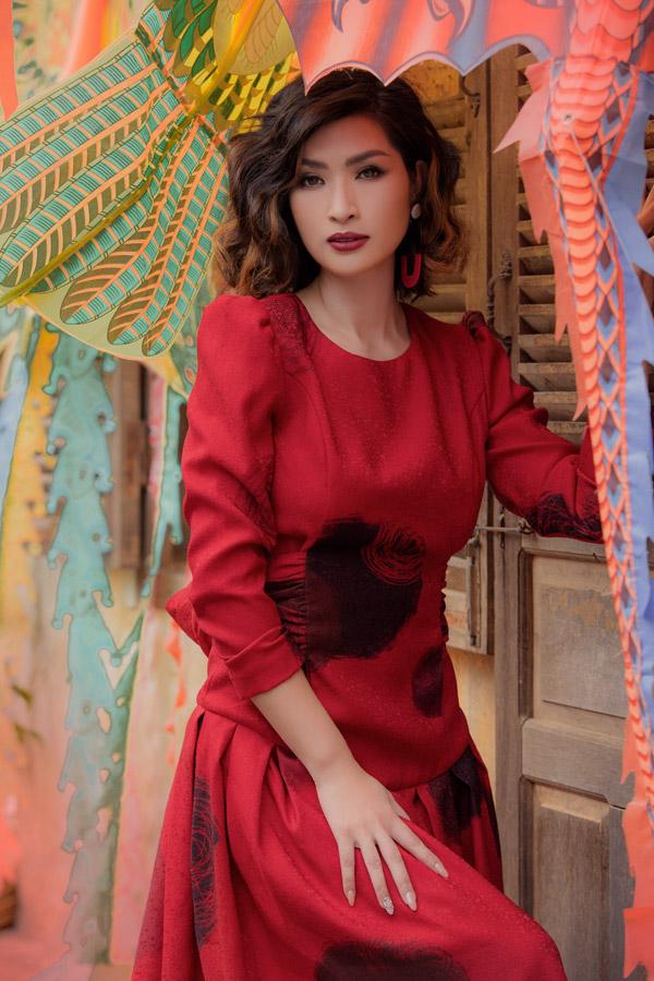 Khi chụp hình thời trang, cô được stylist Tân Đà Lạt chăm chút và lựa chọn style make-up phù hợp với concept.