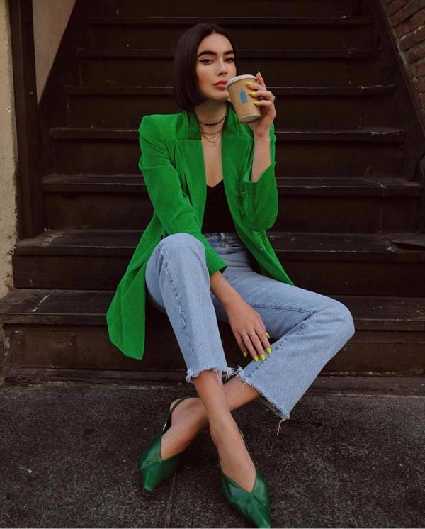 Blazer xanh lá cho những cô nàng thích ăn diện nổi bật khi xuống phố. Phối cùng mẫu áo hot trend là kiểu áo thun và quần jeans đơn giản.