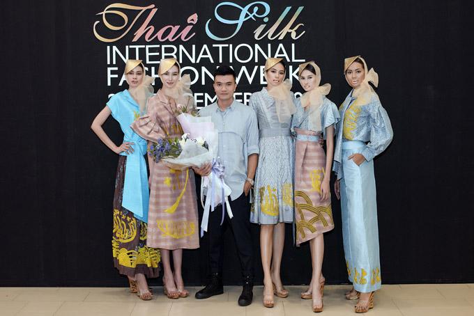 Chủ nhân của bộ sưu tập bên các người mẫu.