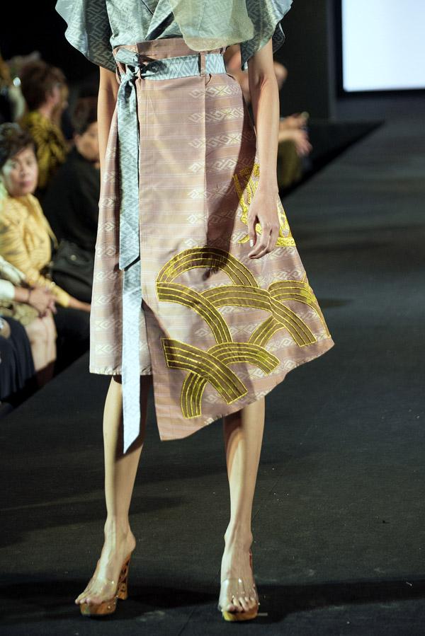 Ban tổ chức yêu cầu các nhà thiết kế sử dụng 100% vải lụa của Thái Lan nên Vũ Việt Hà gặp khá nhiều khó khăn. Anh cho biết, chất liệu và màu sắc vải lụa củaxứ sở chùa vàng không phong phú nên buộc anh phải sáng tạo nhiều hơn trong việc xử lý chất liệu.