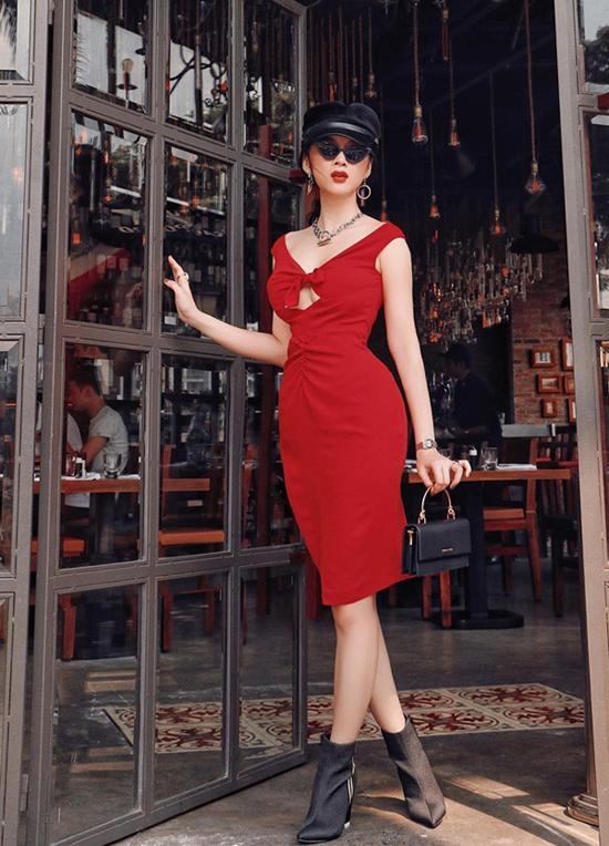 Ngoài trang phục của các nhà mốt nổi tiếng, Angela Phương Trinh còn nhiệt tình lăng xê các mẫu váy áo do chính em gái của mình - Phương Trang thiết kế.
