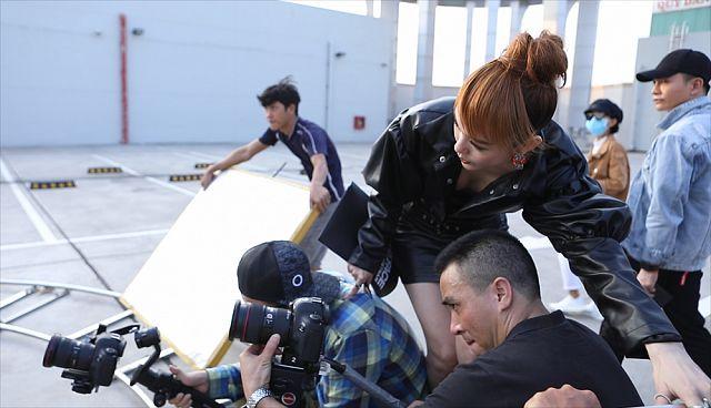 Trong thử thách quay viral clip ở tập này, Minh Hằng thể hiệnbản lĩnh khi không ngần ngại lăn xả để hướng dẫn thí sinh, mặc cho thời tiết nắng nóng như thiêu như đốt.