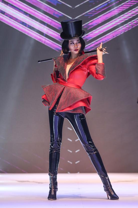 Không chỉ gây sức hút khi xuất hiện trên thảm đỏ, Thanh Hằng còn tạo điểm nhấn cho show diễn khi làm vedette với tạo hình độc đáo.