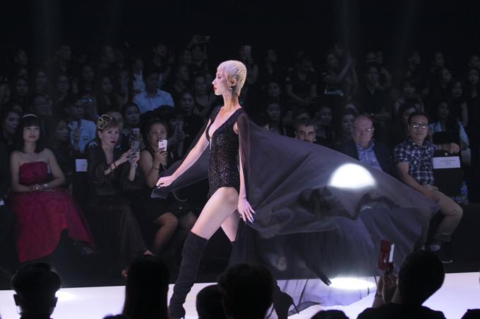 Trong show diễn, nhà thiết kế Ivan Trần đã trình làng35 bộ trang phục. Trong đó, 10 looks sẽ được xây dựng, xử lý và cắt may theo chuẩn mực haute couture. Còn lại 25 looks sẽ được định hướng theo dòng sản phẩm ready  to  wear.