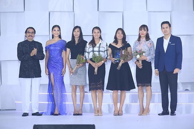 Chuyên gia thể thao Nguyễn Hồng Minh, Hoa hậu Tiểu Vy và doanh nhân Phạm Văn Tam trao giải Ngôi sao thể thao cho đội rowing nữ Việt Nam.