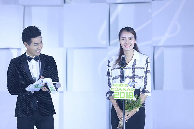 Tạ Thanh Huyền thay mặt cho đội rowing phát biểu khi nhận giải.