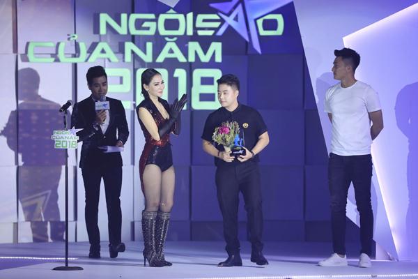 Quản lý của Vũ Cát Tường nhận giải Ngôi sao ca nhạc cho nữ ca sĩ.