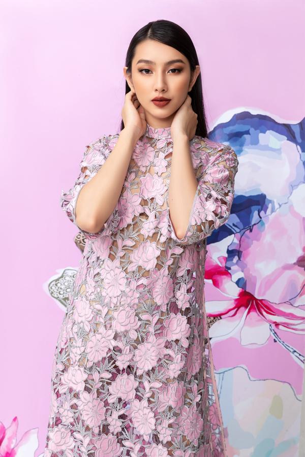 Trở về từ cuộc thi Hoa hậu Quốc tế tổ chức ở Nhật Bản, Thùy Tiên bận bịu với lịch hoạt động trong nước. Cô được các nhà thiết kế để mắt mời hợp tác.