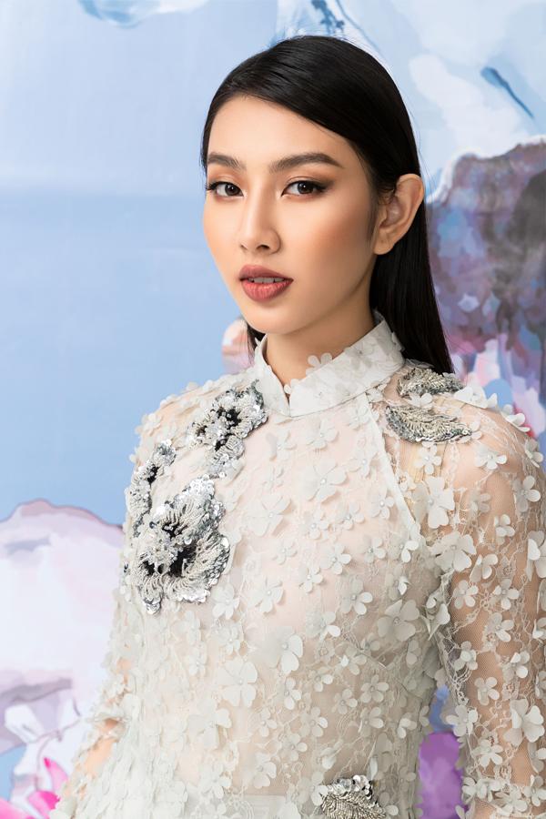 Áo dài đính hoa 3D cũng là lựa chọn được nhiều người yêu thích. Bộ ảnh do chuyên gia trang điểm Xi Quân Lê hỗ trợ thực hiện.