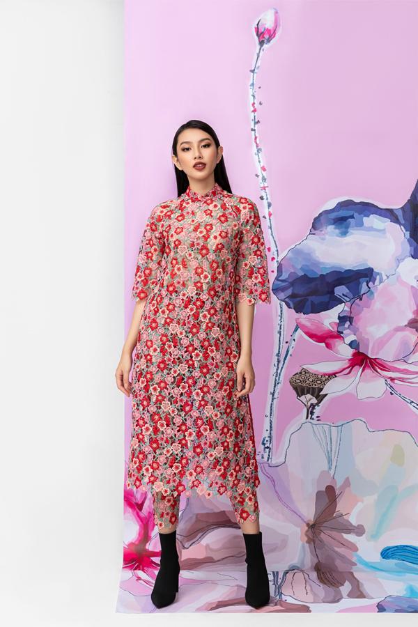 Người đẹp 20 tuổi vừa có buổi chụp ảnh thời trang, giới thiệu các thiết kế áo dài ren hoa của Thủy Nguyễn.