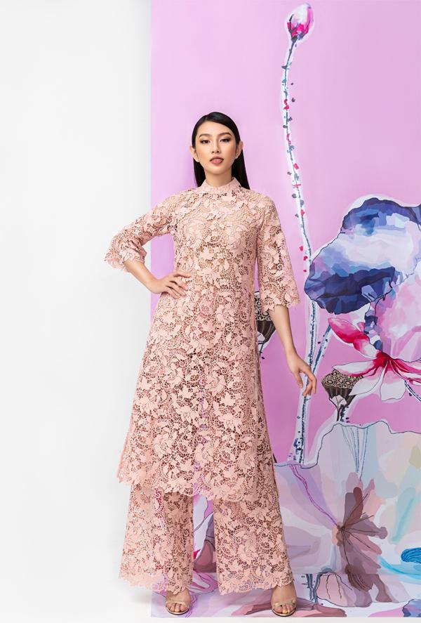 Trang phục may bằng chất liệu xuyên thấu, hoa văn tinh tế tôn nét thanh lịch pha chút gợi cảm cho người mặc.