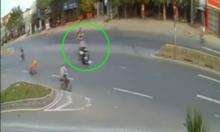 Người thợ điện sang đường ẩu 'đốn ngã' hai xe máy