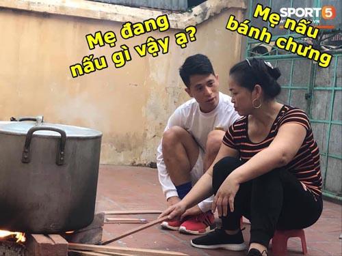 Đình Trọng trò chuyện với mẹ của Duy Mạnh.