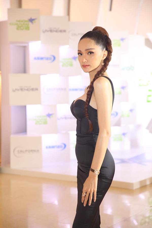 Hoa hậu Hương Giang cũng là một ứng cử viên của giải Ngôi sao vì cộng đồng.