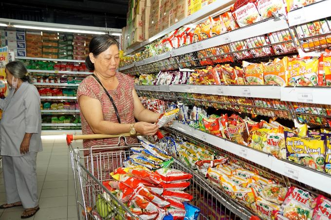 Cô Huỳnh Thị Ngọc Nga - khách hàng thân thiết tại Big C Nguyễn Thị Thập, quận 7, TP HCM tiết lộ mặt hàng thiết yếu rất rẻ, tiết kiệm cho gia đình cô rất nhiều.