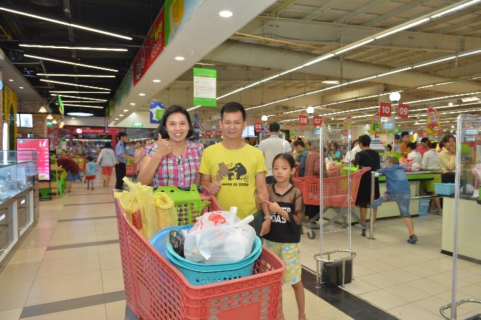 Gia đình anh Nguyễn Hoàng An - khách hàng thân thiết tại Big C Thăng Long chia sẻ điều hài lòng nhất khi tới siêu thị này là hàng hóa phong phú, giá cả hợp lý và thuận tiện trong thanh toán.
