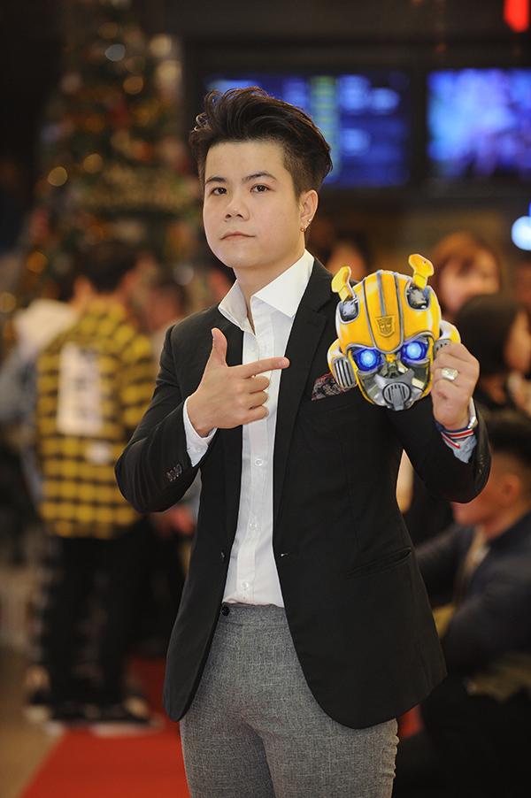 Ca sĩ Đinh Mạnh Ninh tạo dáng cùng tấm vé mang hình ảnh của robot xe hơi Bumblebee.