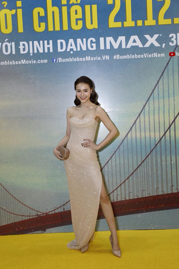 Giống như Tiểu Vy, diễn viên Ninh Dương Lan Ngọc cũng tham gia đồng thời cả buổi ra mắt phim Bumblebee và lễ trao giải Ngôi sao của năm. Người đẹp phim Gái già lắm chiêu chọn đầm hai dây xẻ cao cùng giầy cao gót đồng màu cho sự kiện.