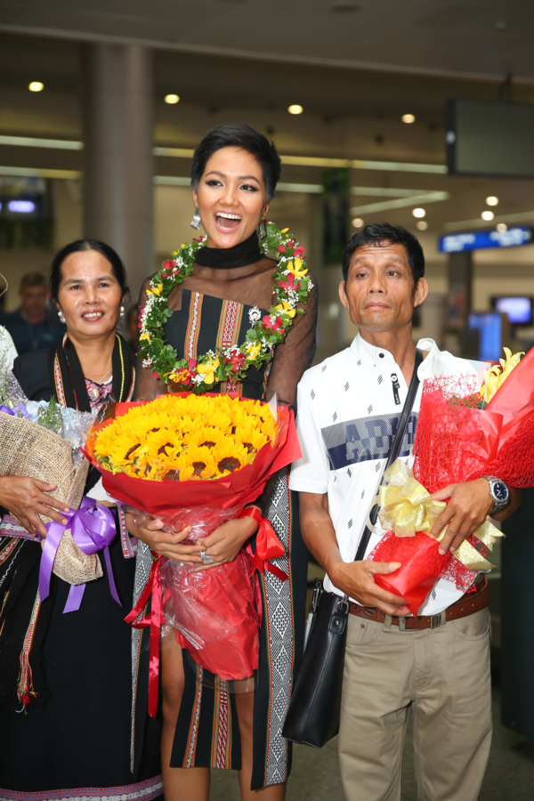 HHen Niê và ba mẹ tại sân bay chiều 18/12.