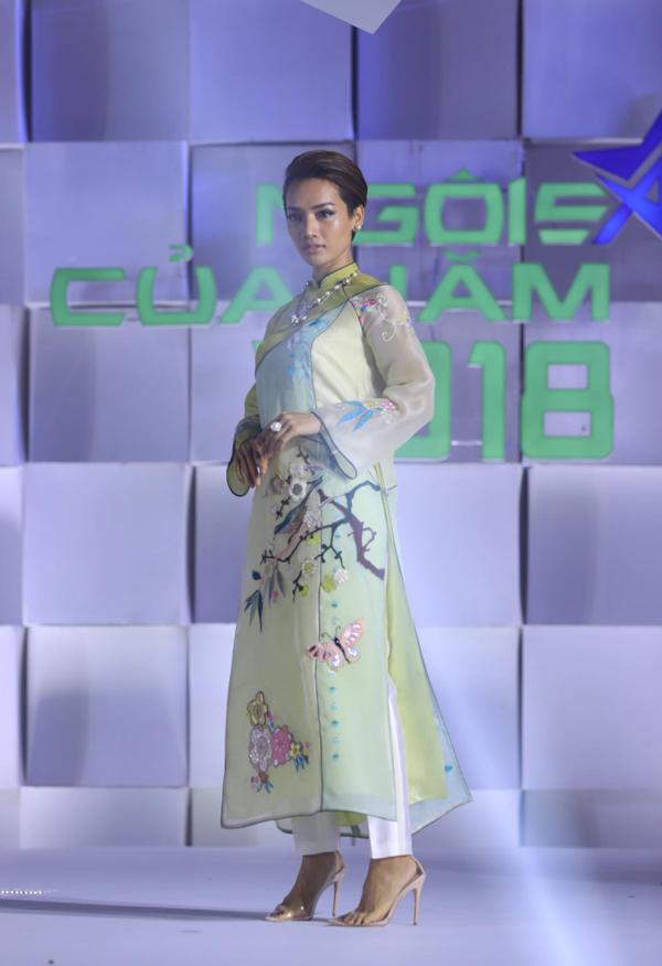 Nhà thiết kế khéo phối hợp yếu tố truyền thống với hơi thở đương đại khi sử dụng quần âu ống côn cùng áo dài. Cù Ngọc Quý duyên dáng với áo thêu hoa mai xuân.