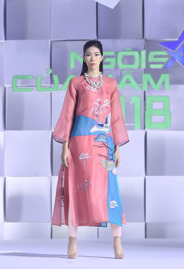 Ở bộ sưu tập này, nhà mốt Việt ưu ái các tông màu dịu mắt nhằm tôn nét thanh tao cho người mặc. Áo dài của Kim Phương được trang trí hình ảnh chim hạc, mây trời đầy sống động.