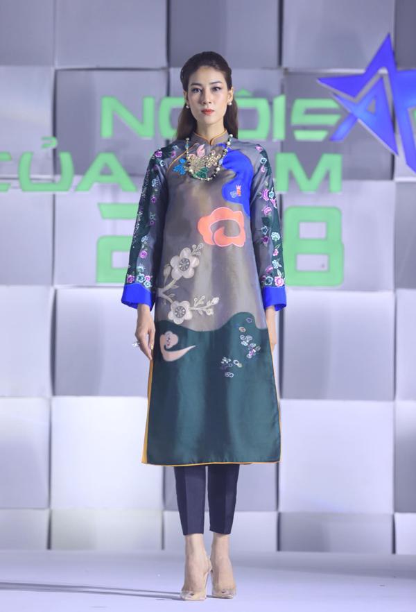 Thay vì kiểu dáng cổ điển siết eo, tôn đường cong, nhà thiết kế khai thác phom áo rộng để mang lại sự thoải mái cho người mặc. Ngọc Thúy diện áo dài hoa mang xu hướng hiện đại.