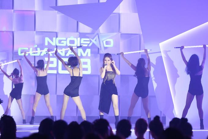 Thu Minh nóng bỏng trên sân khấu gala Ngôi sao của năm 2018 - 9