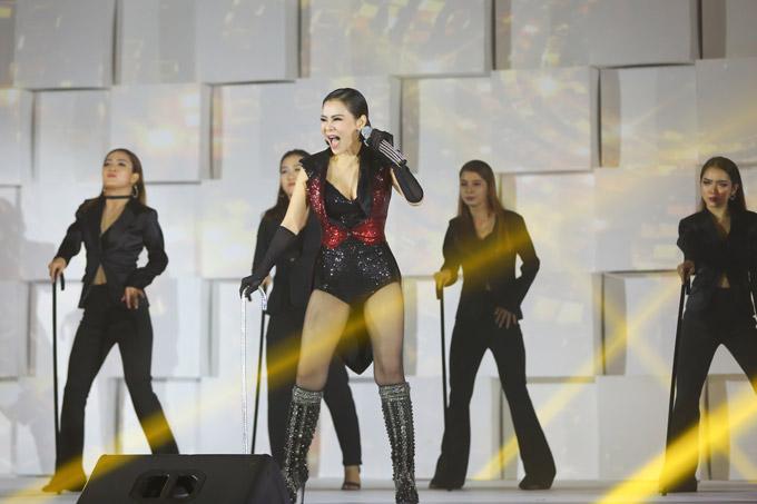 Thu Minh nóng bỏng trên sân khấu gala Ngôi sao của năm 2018 - 3