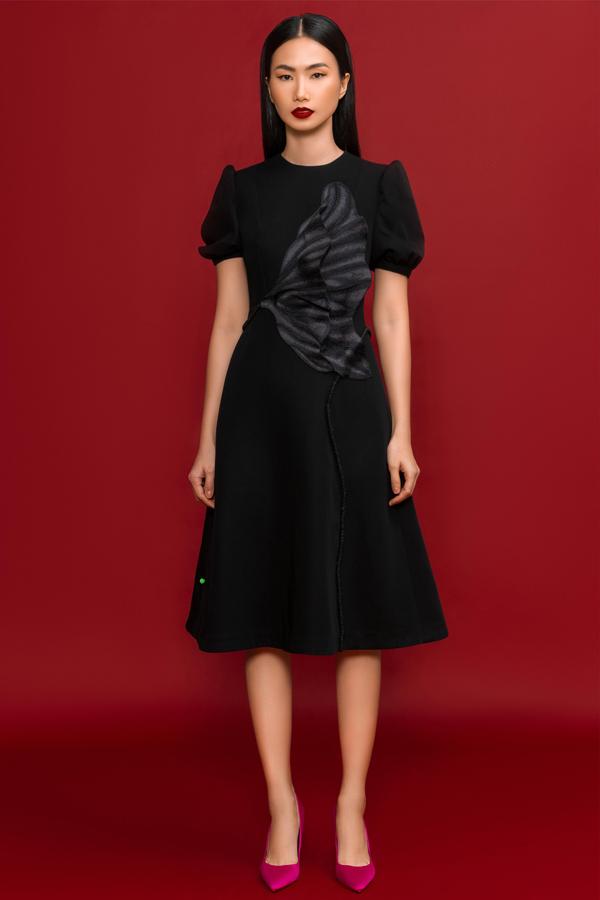Những chiếc váy gam đen kiểu dáng tối giản,tôn được vẻ đẹp hình thể cùng phong cách chỉn chu, nữ tính cho người mặc.
