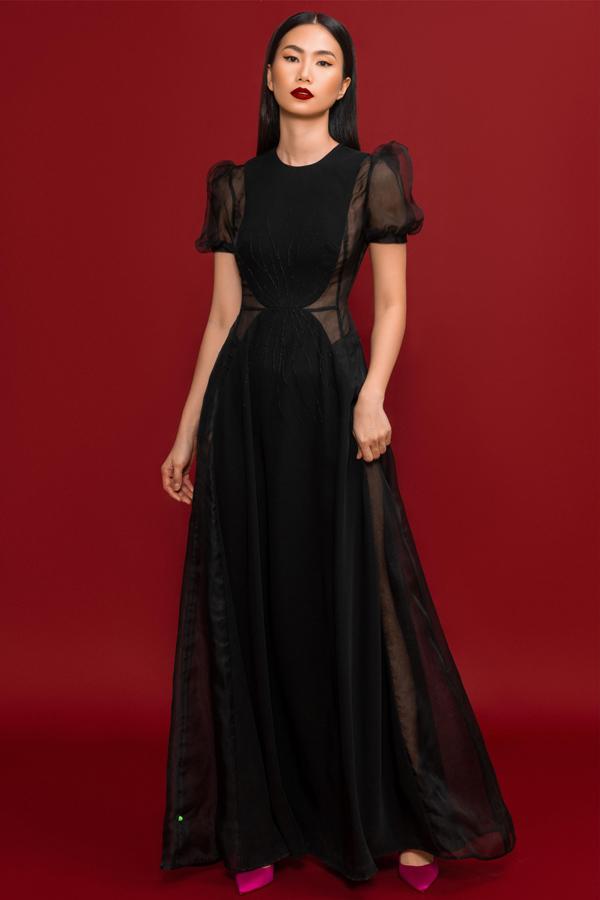 Váy đắp vải xuyên thấu hai bên sườn tạo khoảng hở vừa đủ tôn vẻ gợi cảm cho nữ người mẫu.
