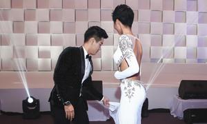 Nguyên Khang nâng váy cho H'Hen Niê ở hậu trường 'Ngôi sao của năm'