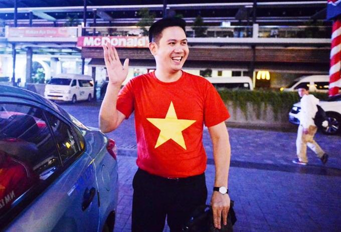 Ông Tam diện áo cờ đỏ sao vàng khi đến cổ vũ Việt Nam thi đấu. Là doanh nhân, nhưng ông dành tình yêu lớn cho thể thao nước nhà. Tại bán kết và chung kết AFF Cup vừa qua, ông Tam không chỉ đến xem trực tiếp mà còn thưởng nóng cho đội tuyển lần lượt 300 triệu và một tỷ đồng.