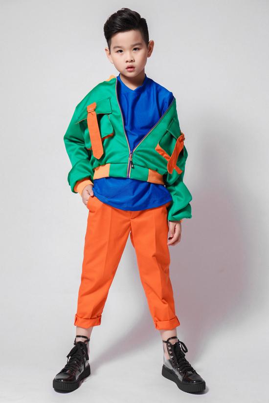 Phong Danh - cậu bé nổi tiếng với phong cách phối đồ giống ca sĩ Sơn Tùng - trông sành điệu khi kết hợp bomber với áo thun trơn và quần baggy xắn gấu.