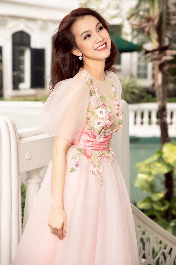 Sau nhiều năm rời showbiz để chăm lo cho gia đình, Thùy Lâmxuất hiện trở lại trong bộ sưu tập mới của Lê Thanh Hòa.