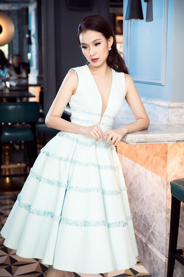 Thùy Lâm khoe được hình thể gợi cảm, sang trọng qua các mẫu váy đi tiệc cho mùa Giáng sinh và Tết tây cận kề.