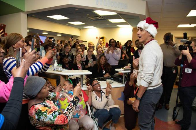 Ông Obama chia sẻ trước các bệnh nhân, nhân viên tại bệnh viện trong chuyến thăm hôm qua. Ảnh: EPA.