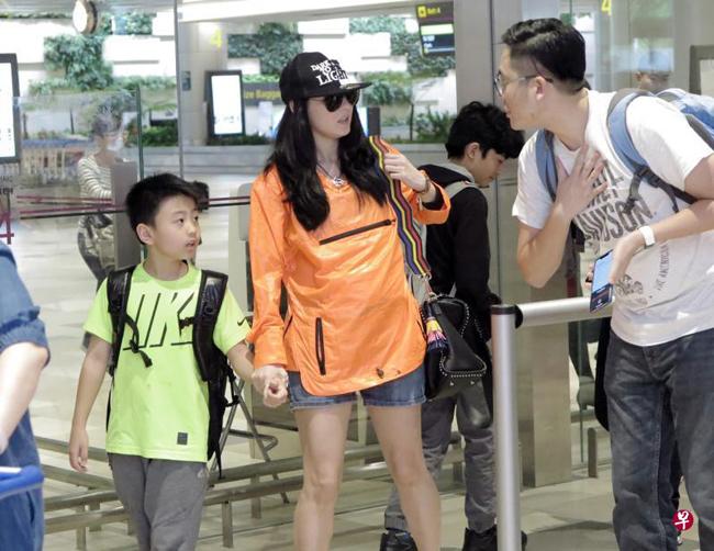Bá Chi và hai con trai đến sân bay hôm đầu tuần.