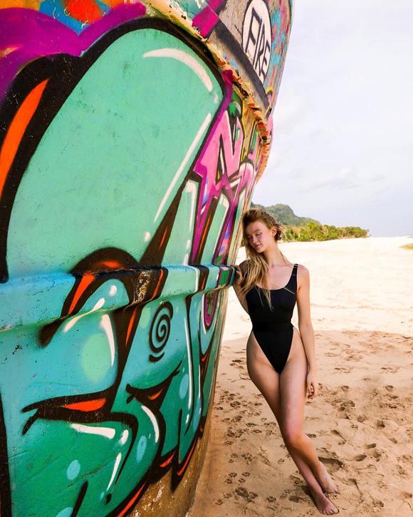 Vẻ ngoài cuốn hút của Polly khi ở trên một hòn đảo của Indonesia. Ảnh: Instagram.