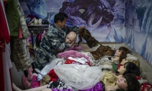 Ông lão Trung Quốc 60 tuổi ở cùng nhà với 9 búp bê tình dục